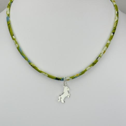 Petit cheval sur collier Liberty