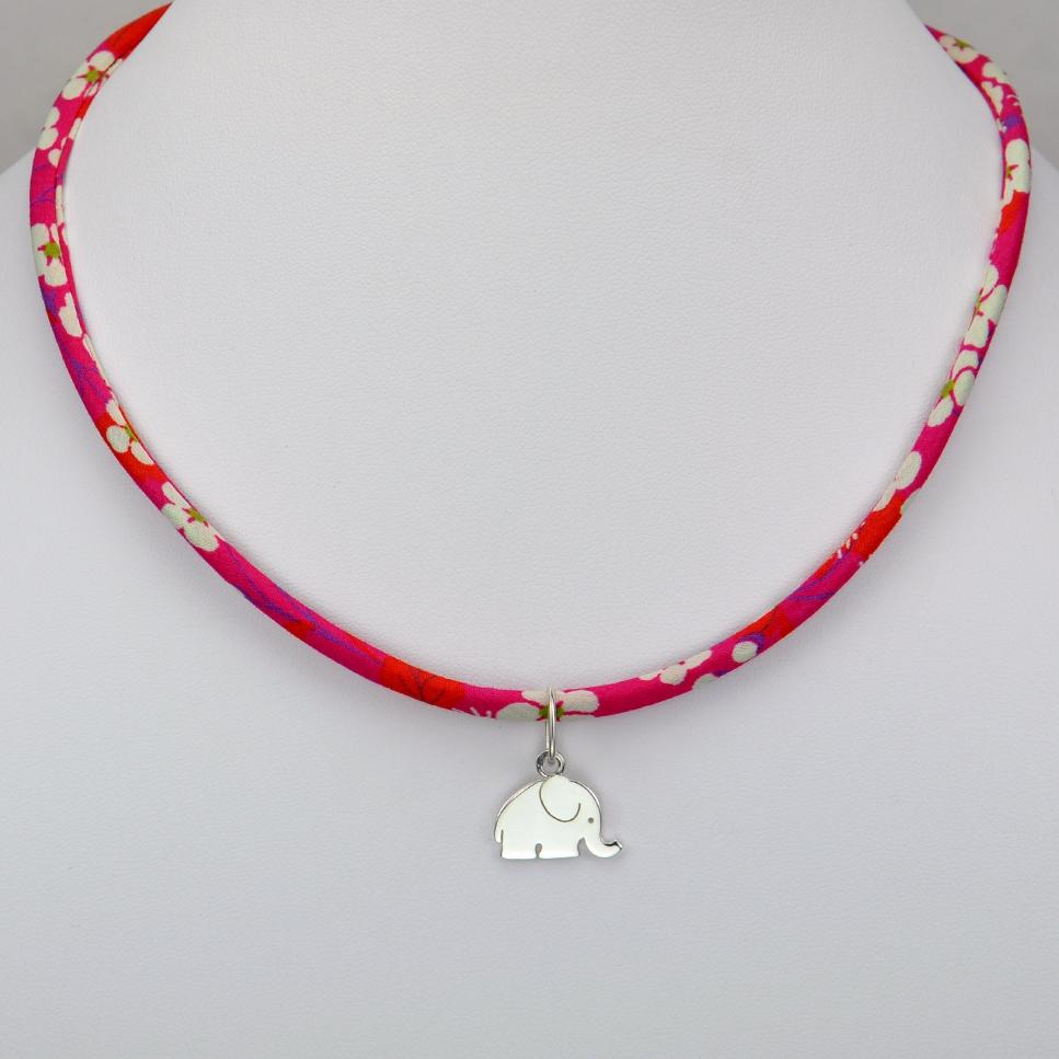 Eléphant sur collier Liberty
